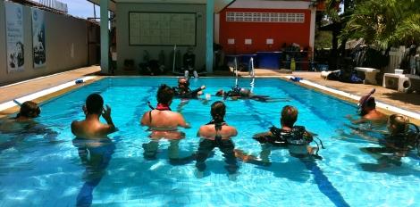 Rien de mieux que de mettre les lectures en pratique sous le soleil. Atelier de formation du cours Rescue Diver et EFR.